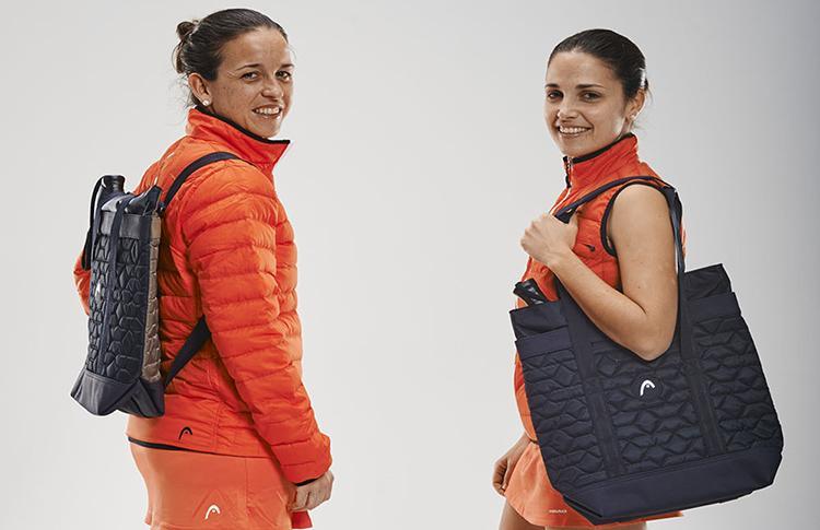 Eli Llaguno y Patty Amatrian posan con el nuevo Bolso de HEAD, diseñado por María Sharapova
