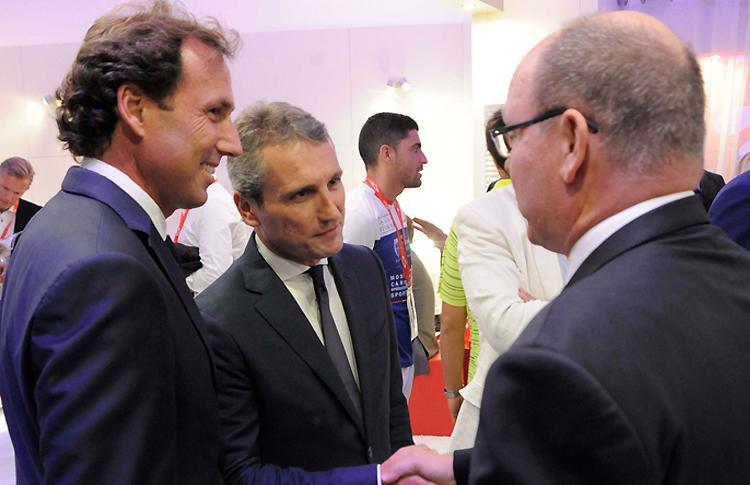 El Príncipe Alberto de Mónaco pasa por el Monte-Carlo Padel Master