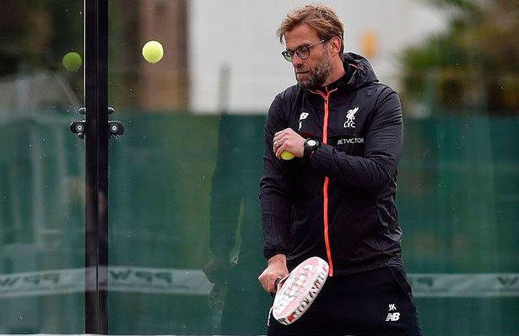 Jurgen Klopp, entraîneur de Liverpool, jouant au padel