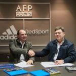 Os representantes da Adidas Padel e da Mondo assinam o acordo.