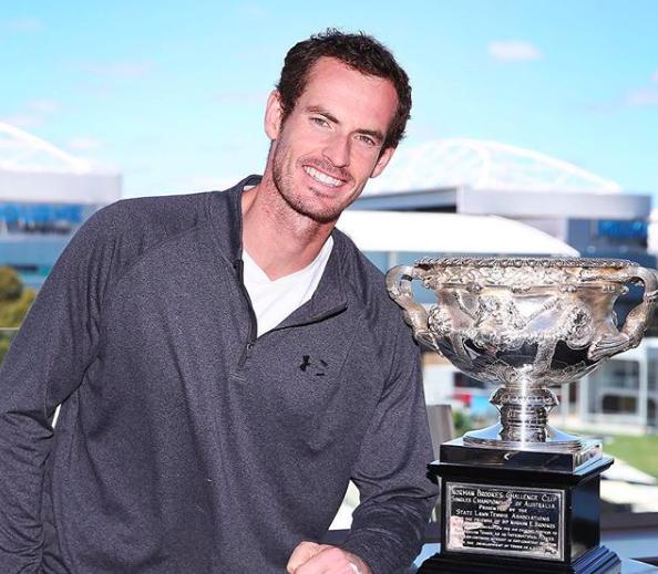 Andy Murray junto a la copa de campeón del Australian Open. | Foto: @andymurray