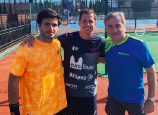Carlos Sainz y Carlos Sainz Jr, junto a Paquito Navarro.